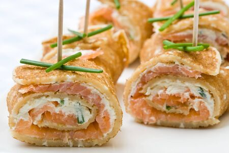 Fresh salmon and cream cheese canapes with chives Imagens