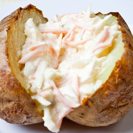 Hot and crispy baked potato stuffed with coleslaw Standard-Bild