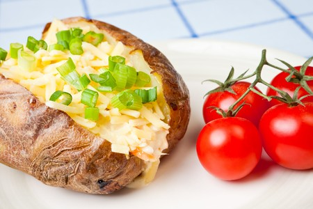 queso rayado: Caliente y crujiente de patata al horno rellenas con queso cheddar y ensalada de col