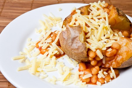 queso rayado: Caliente y crujiente de patata cocida al horno rellenas con frijoles y queso cheddar