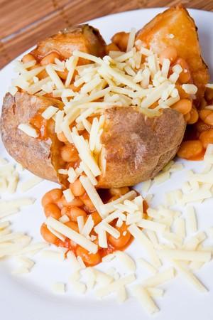 queso rayado: Caliente y crujiente de patata cocida rellena de frijoles al horno y queso rallado