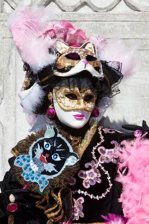 Traje negro con m�scaras de gato en el Carnaval de Venecia Foto de archivo - 4373728