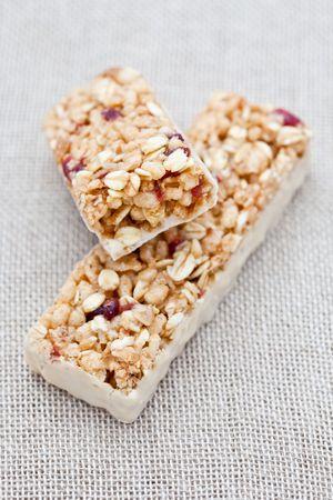 barra de cereal: Barra de energía arándano rojo sobre un paño hessian