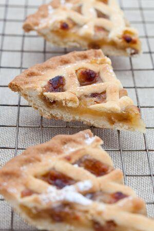 tarta de manzana: Tres rebanadas de tarta de manzana reci�n horneada en una bandeja de refrigeraci�n
