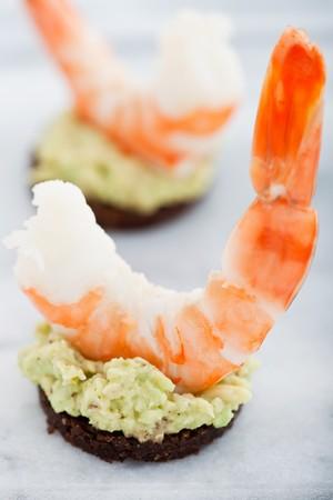 pumpernickel: Król Dublinu na DNA guacamole na rundy Pumpernikiel chleba żytniego. Płytkie DOF