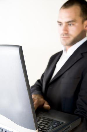 hombre trabajando en una computadora port�til, fondo blanco  Foto de archivo - 1614656