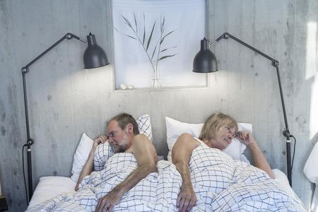 couple fach�: Couple de personnes �g�es en col�re dans son lit Banque d'images