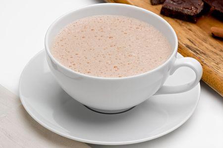 초콜렛과 나무 보드에 계 피와 함께 멕시코 핫 초콜릿.