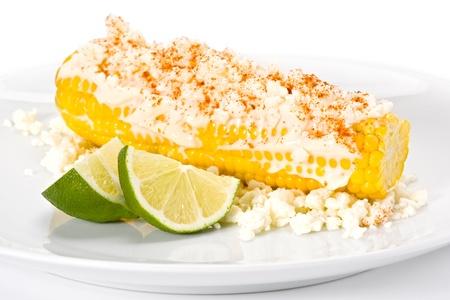 フレッシュ イエローはマヨネーズ、cotija チーズ、唐辛子を軸付きトウモロコシ トウモロコシし、ライムのスライスを添えています。