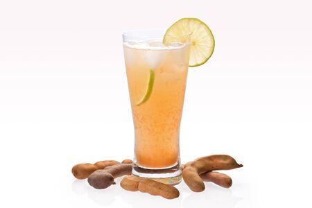 tamarindo: Bebida fr�a Tamarindo en vidrio con rodajas de lim�n y vainas de tamarindo en segundo plano se gradu� de hielo.