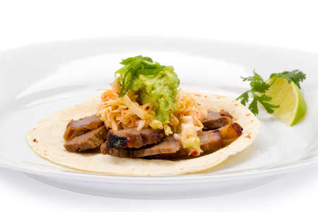 tortilla de maiz: Corea estilo taco con carne, repollo encurtido de guacamole sobre una tortilla de ma�z.
