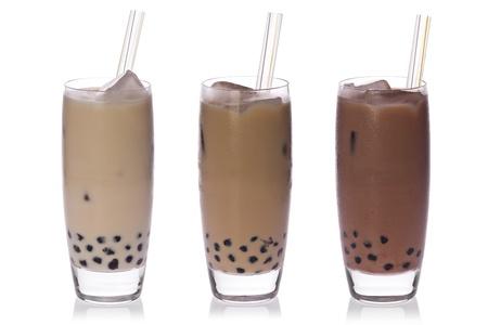 Kokos, thee en chocolademelk thee met tapioca parels met rietjes op witte achtergrond. Stockfoto