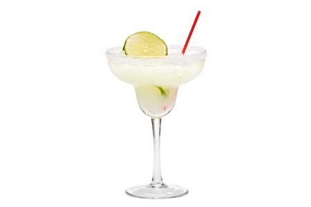 coctel margarita: Margarita trago con limón en rodajas y paja sobre un fondo blanco.