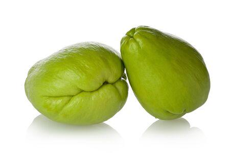 2 つのハヤトウリ スカッシュ、ハヤトウリ、pear スカッシュ、野菜ナシ、白い背景に対してチョコとしても知られています。