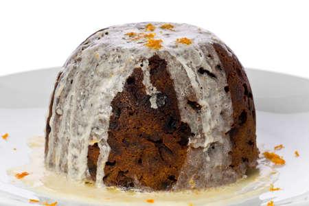 plum pudding: Christmas pudding con bourbon hard-salsa guarnito con scorza d'arancia. Archivio Fotografico