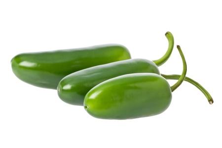 Drie hele groene jalapeno pepers tegen een witte achtergrond.