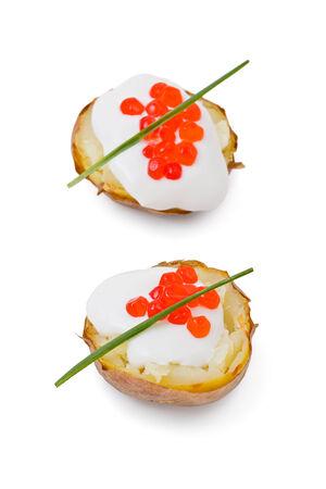 Aardappelen met creme fraiche en zalmkuit tegen een wit Stockfoto