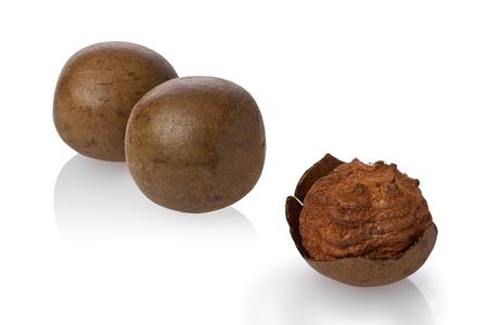 Composiet van gedroogde monniks fruit, of luo han guo, tegen een witte achtergrond.