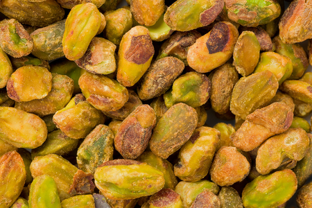 Background texture of shelled and roasted pistachios. Imagens