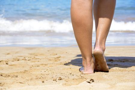 해변의 모래를 따라 걷다.