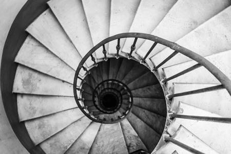Escalier en colimaçon en noir et blanc Banque d'images - 47248716