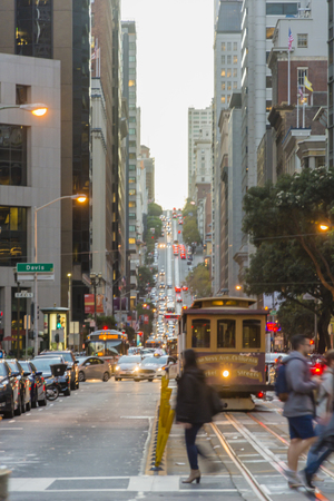 Câble voiture en mouvement dans les rues de San Francisco