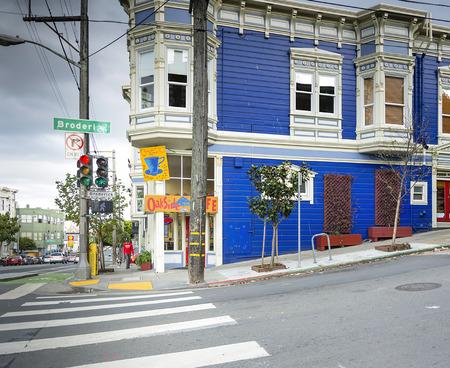 semaforo peatonal: San Francisco, CA, USA, october 26, 2016: oakside cafe in the pitoresque ashbury block in San Francisco Editorial