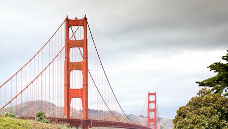 Mist ondergaat over San Francisco met de Golden Gate Bridge in voorgrond