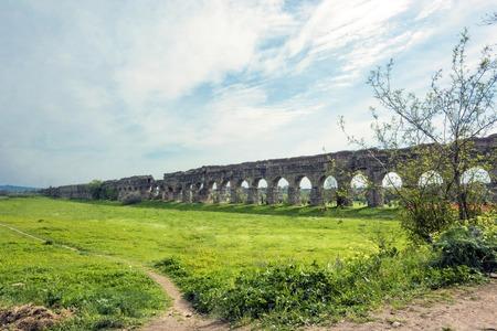 Parco degli acquedotti auf dem Appianischen Weg in Rom Standard-Bild - 76933002