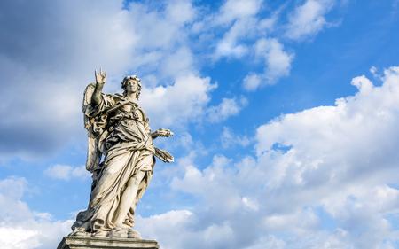 Statua dell'Angelo con i chiodi a Ponte Sant'Angelo a Roma. Ogni statua di angelo sul ponte porta gli strumenti della passione di Cristo ed è stata eseguita dagli studenti del Bernini Archivio Fotografico - 77089038
