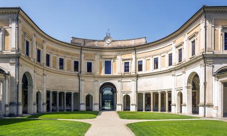 Halfronde portiek aan de achterzijde van het Casino op de binnenplaats van Villa Giulia