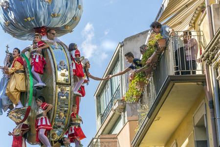 """Randazzo, CT, Italia, 15 de agosto de 2016: celebración en honor de María SS. Suposición. A primera hora de la tarde en Via Umberto, un simulacro llamado """"A Vara"""" se mueve por las calles de la ciudad. Cerca de treinta niños en el Vara representan los misterios del"""