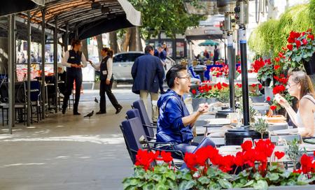 ローマ、イタリア、2017 年 3 月 25 日: アジア系男性をヴィア ヴェネトは、ローマ、イタリアで有名な Doney バーで白人女性と話して