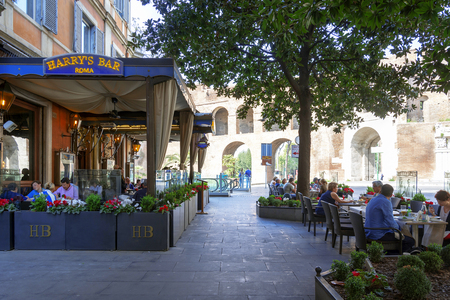 ローマ、イタリア、2017 年 3 月 25 日: 消費者や観光客をヴィア ヴェネトは、ローマ、イタリアで有名な Harry's Bar でリラックス 報道画像