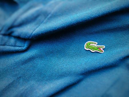Roma, 3 agosto 2018: vista ravvicinata di una maglietta blu Lacoste. Concentrati sul coccodrillo cucito