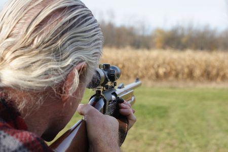 animal practice: Hunter apunta un arma de fuego