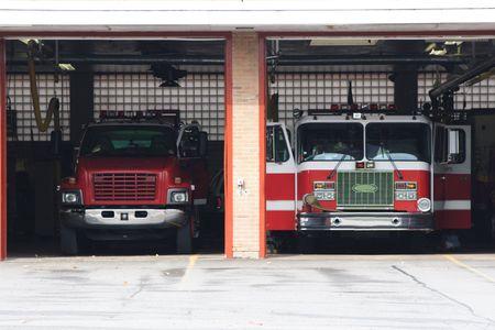 batallon: Camiones de bomberos en la estaci�n  Foto de archivo
