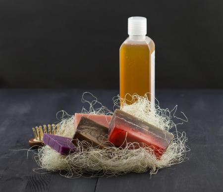 gel douche: SPA traitement ensemble: savon naturel, gel douche, m�che et un peigne sur fond de bois sombre