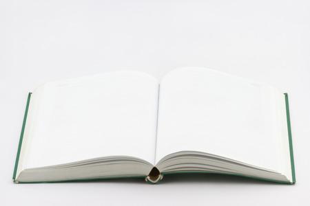 Usado libro vacío abierto con cubierta verde sobre fondo blanco Foto de archivo - 41429046