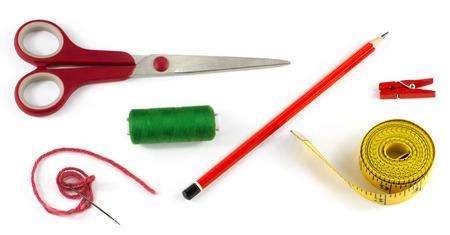 Accesorios de costura fijados: tijeras hilo de medición lápiz cinta de hilo y aguja pinza de la ropa de lana aislados en fondo blanco Foto de archivo - 41429100