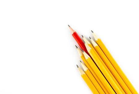 Un lápiz rojo que se coloca hacia fuera de la fila de lápices de color amarillo sobre fondo blanco Foto de archivo - 41213416