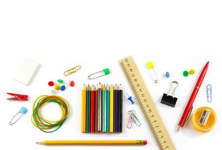 学校用品: 色鉛筆木のヤード尺の消しゴム バインダー文具ガム ペーパー クリップ鉛筆削り小さな洗濯はさみ色ピン鉛筆と白い背景で隔離のペン