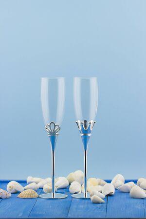 fondo vintage azul: Vidrios de la boda con conchas sobre fondo azul vintage wooden Foto de archivo