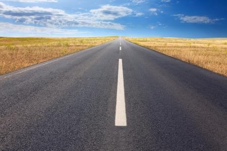 plan éloigné: Entraînement sans fin sur la route goudronnée à la journée ensoleillée. Banque d'images