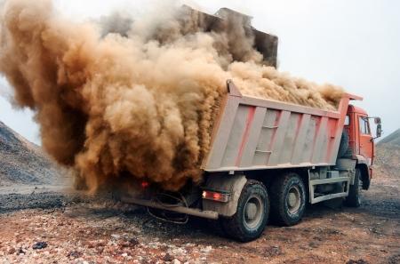 mining truck: Se muestra indirecta y la contaminaci?n del aire. Foto de archivo