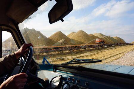 mining truck: Circular con vehículo todo terreno en la mina a cielo abierto