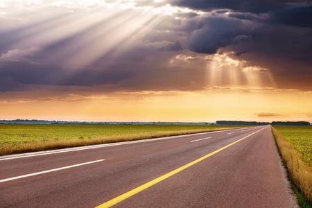 Fahren auf einer leeren Autobahn zum entgegenkommenden Sturm Standard-Bild - 21797587