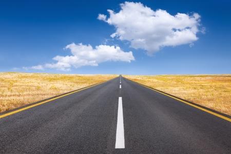 the clear sky: Conducción despreocupada en un día soleado