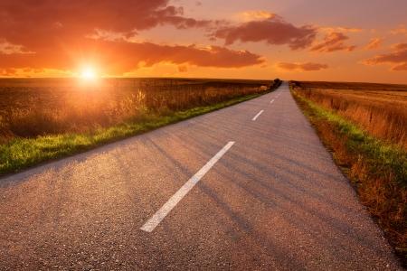 Leere Asphaltstraße bei Sonnenuntergang Standard-Bild - 22985939