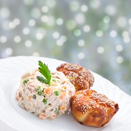 ensalada rusa: Ensalada tradicional rusa y magdalenas con queso Foto de archivo